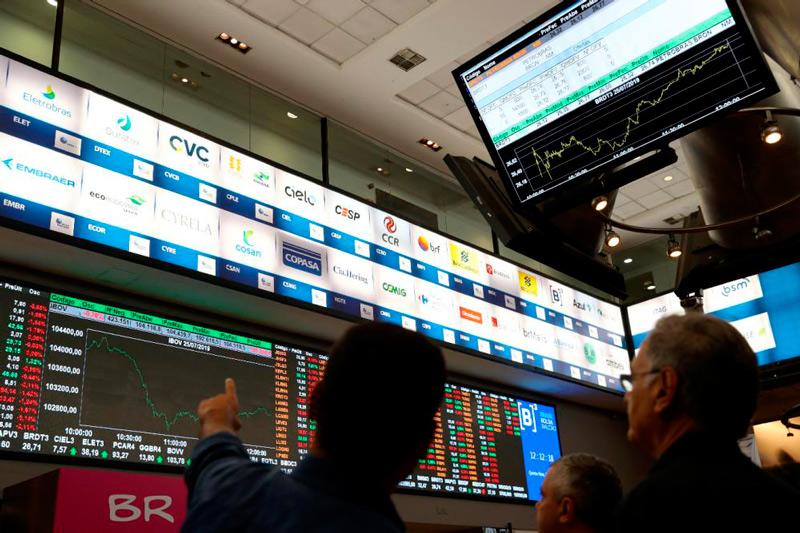 Com exterior no radar, Bolsa abandona alta e recua em dia de balanços